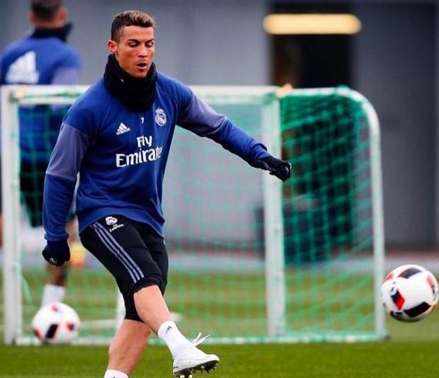 3bfa69d6f19 WOW!! Cristiano Ronaldo reveals his flashy new boots